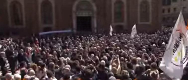 """Ultimo saluto a Casaleggio. La gente grida : """"onestà, onestà"""""""