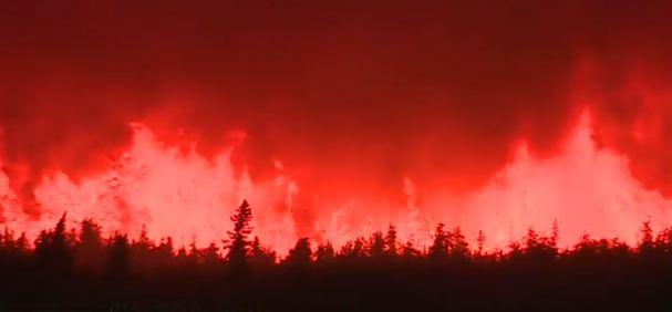 Canada: ponte aereo per trasferire la gente minacciata dalle fiamme