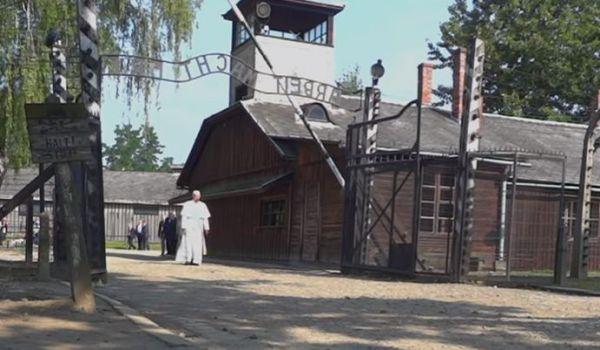 Francesco ad Auschwitz: Signore, perdona tanta crudeltà