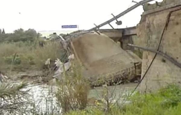India: crolla ponte, 22 morti