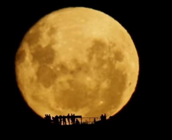 La Luna,  da lassù ci sta a guardare…  di Giuseppe Careri