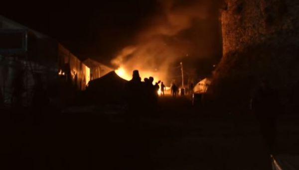 Molotov e sassi contro i migranti: distrutto il campo profughi di Chios