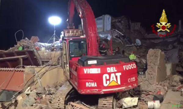 Crolla una palazzina nella periferia di Roma: muoiono madre e figlia