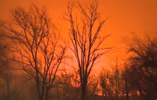 Usa: violenti incendi fanno vittime e distruzioni nel Sud