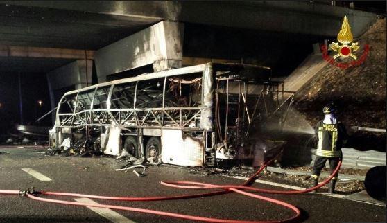 Tragedia sulla Milano-Venezia, morti almeno 16 ragazzi