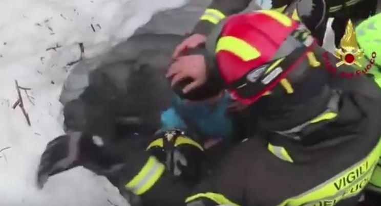 Terremoto: salvate sei persone nell'albergo travolto