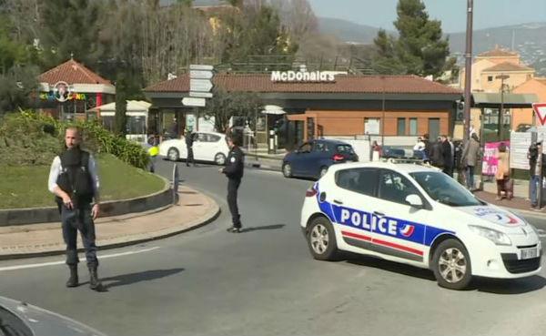 Francia: sparatoria in una scuola. Esplosione di un pacco al FMI
