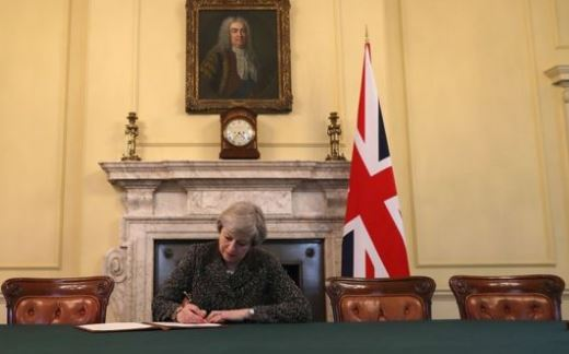 Brexit: UK  primo passo fuori della porta UE