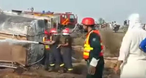 Autobotte si ribalta e prende fuoco: oltre 141 morti