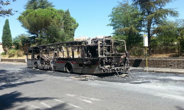 Roma: rogo autobus. Triste immagine dell' intera Atac