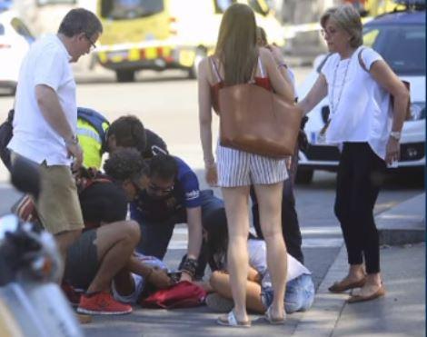 Barcellona: è ancora caccia all'uomo. La madre: costituisciti