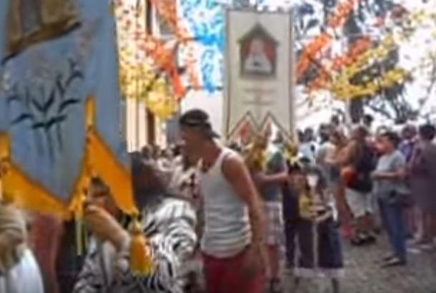 Quercia cade sui fedeli in processione, almeno 11 morti e 35 feriti