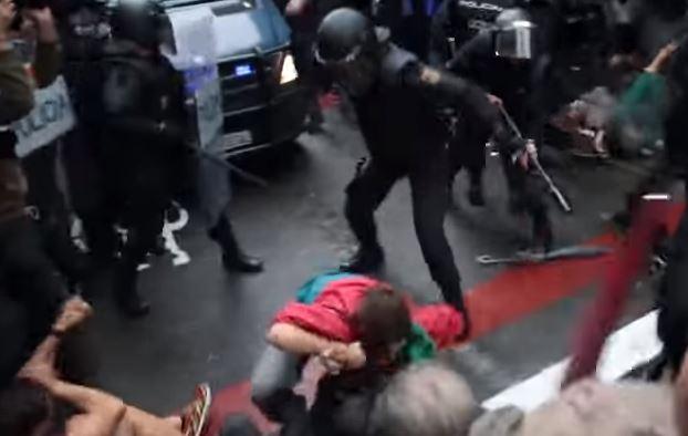 760 feriti in Catalogna durante gli scontri con la polizia