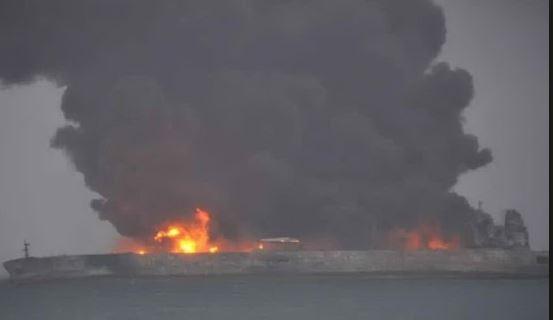 Cina: disastro ambientale dopo lo scontro di una petroliera. 30 dispersi in mare