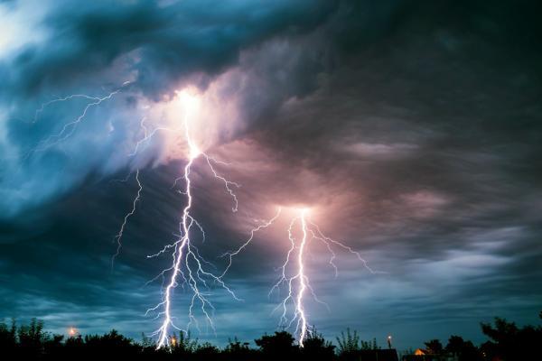 Allerta meteo al Nord e Centro. Estate al Sud