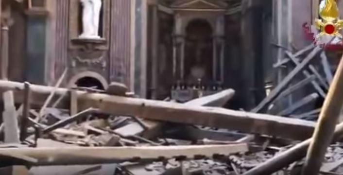 Crolla tetto chiesa al Foro di Roma. Fortunatamente era vuota