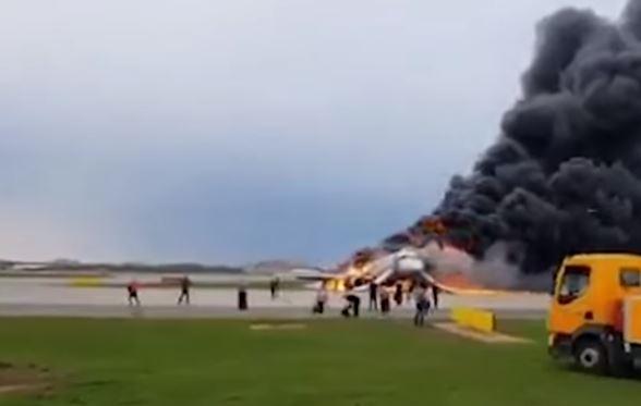 Mosca: 41 morti su aereo in fiamme